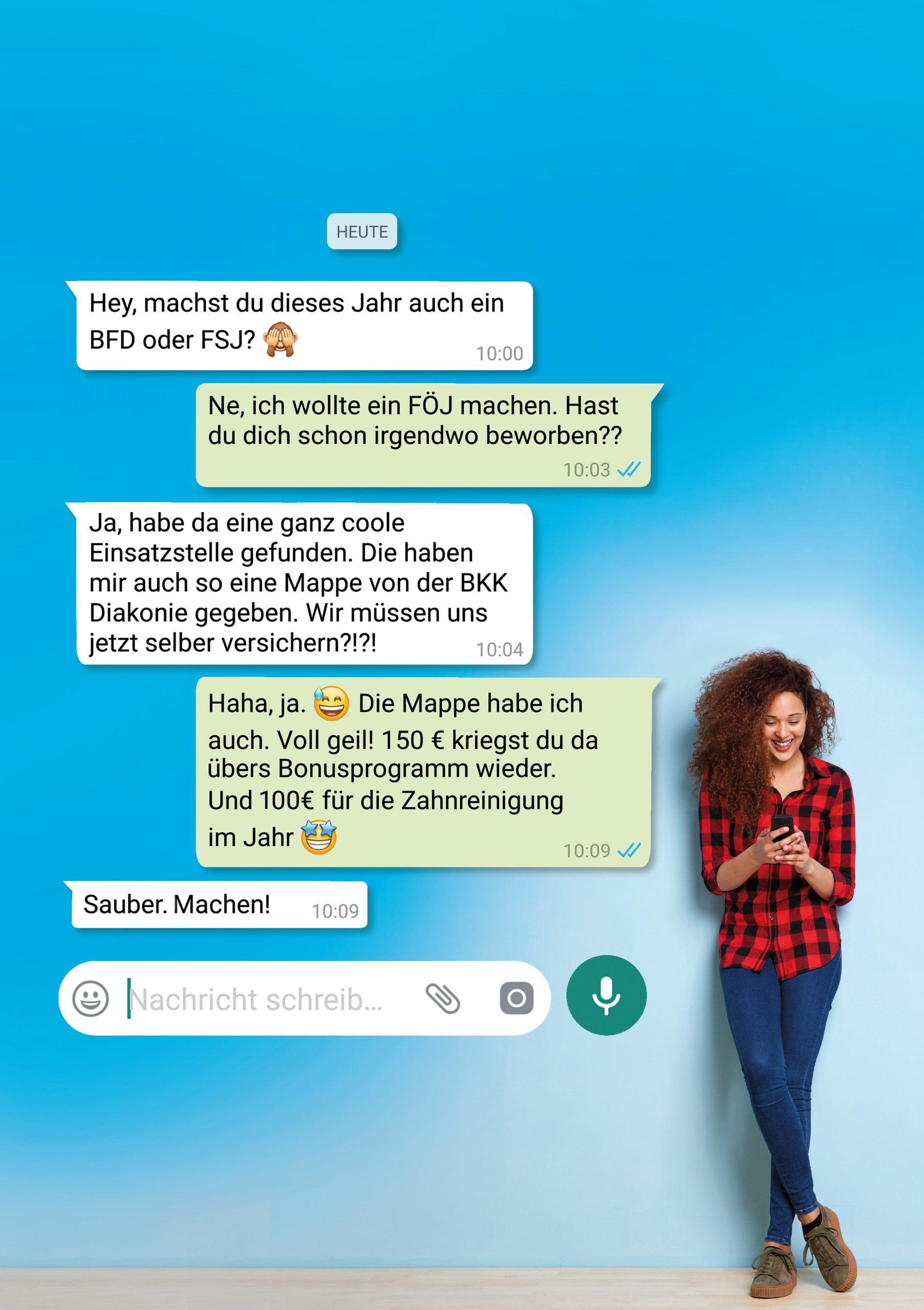 Abgebildet ist ein Chatverlauf über die Leistungen der BKK Diakonie. Daneben steht eine Frau die auf ein Handy lächelt.