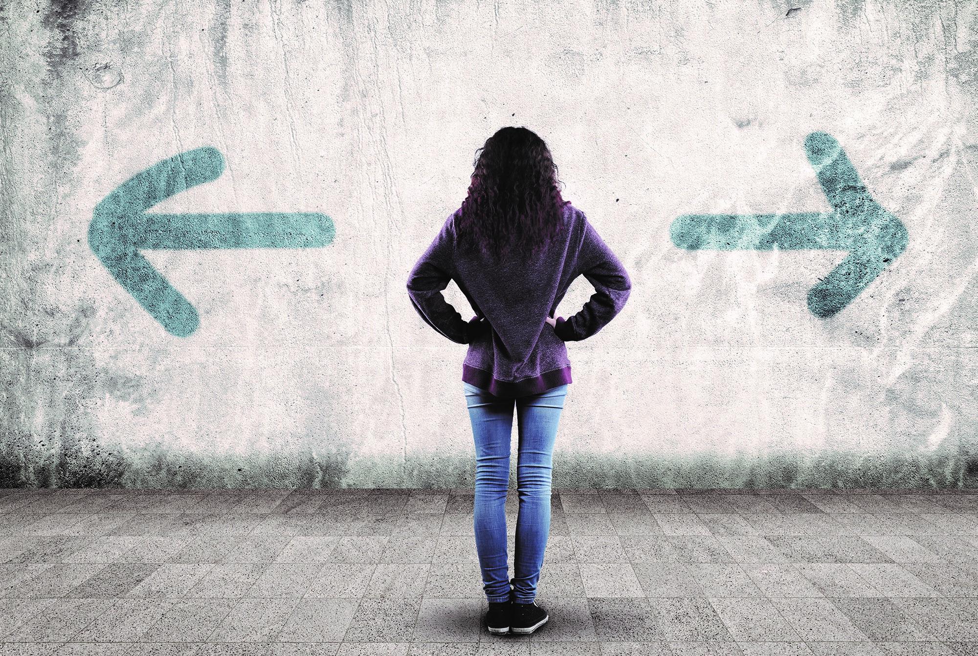 Dargestellt wird eine Frau mit langen braunen Haaren, die mit dem Rücken zur Kamera steht . Auf der linken Seite zeigt ein Pfeil nach links und auf der anderen Seite ein Pfeil nach rechts.