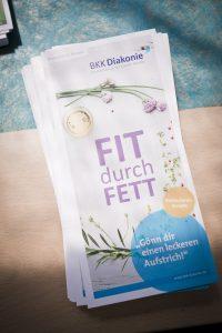 """Gesundheitsflyer der BKK Diakonie mit der Aufschrift """"Fit durch Fett: Gönn dir einen leckeren Aufstrich!"""""""