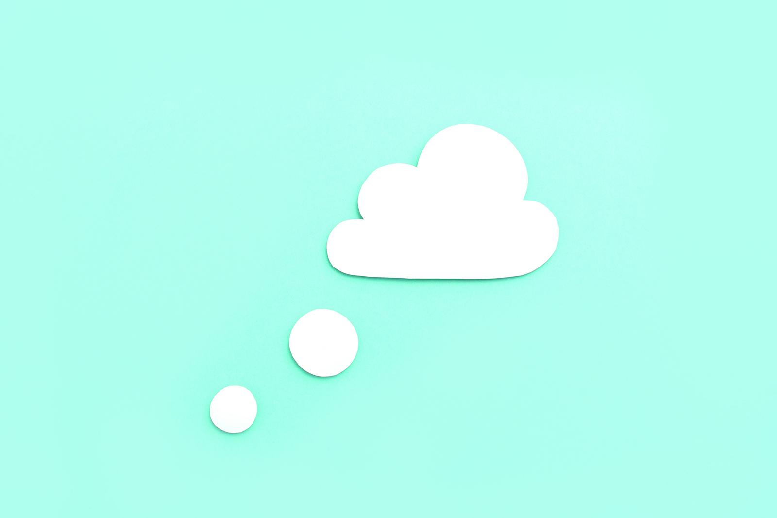 Zu sehen ist eine weiße Papierwolke mit einem grünen Hintergrund.